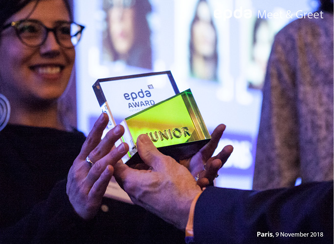 Olav Jünke hands over edpda Design Award in Paris